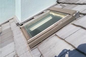劣化したモニエル瓦に設置された天窓