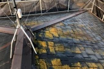 塗膜が剥がれた状態で長期間放置された屋根材は防水性を失う
