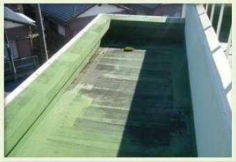 水捌けが悪く苔やカビが発生した陸屋根