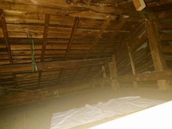 雨漏りをしている屋根裏