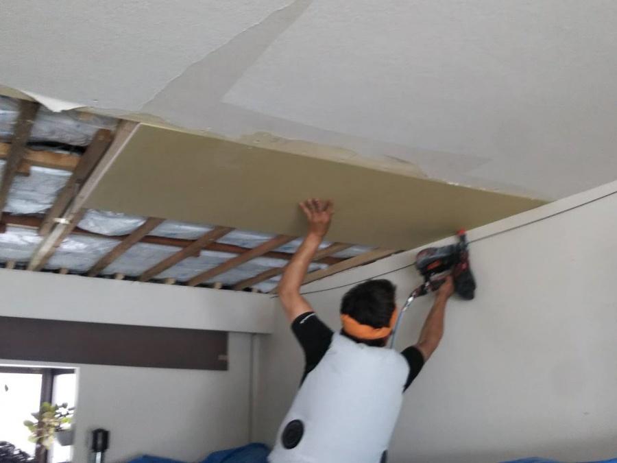 天井ボード貼り付け