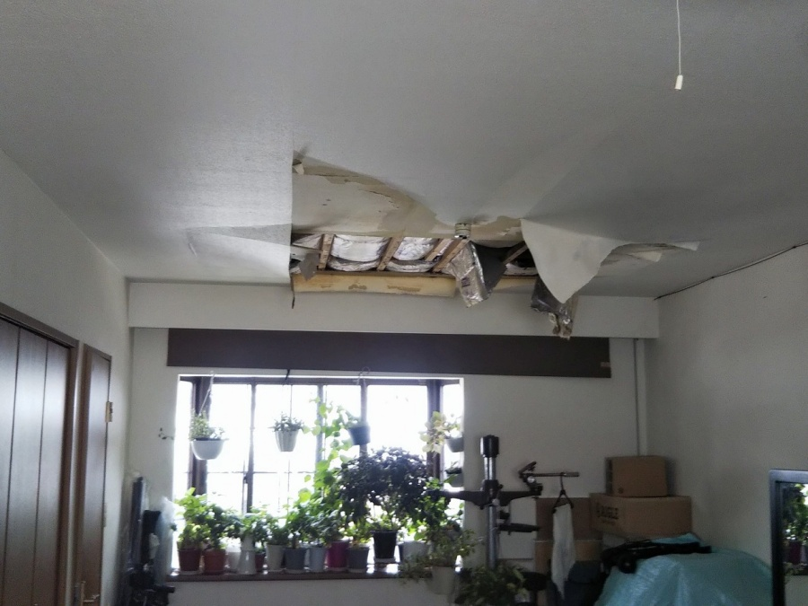 雨漏りにより抜けた天井