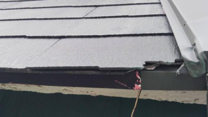 スレート屋根が欠けている