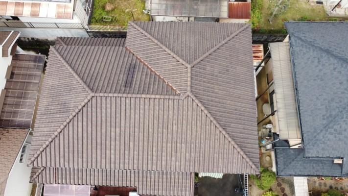ドローンで上空から撮影した瓦屋根の様子
