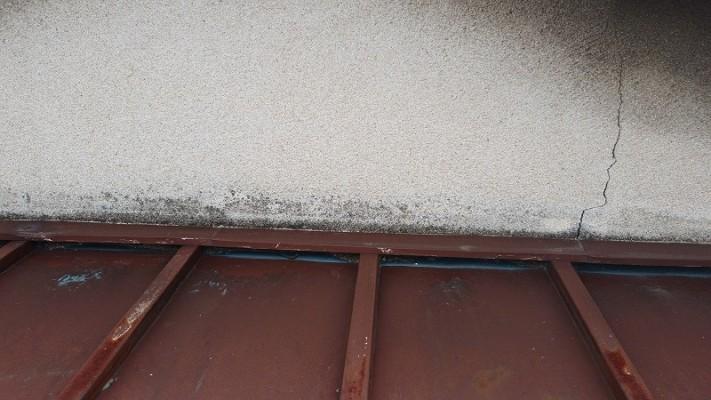 外壁との取り合い部にひび