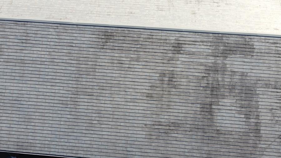 カビの生えたスレート屋根