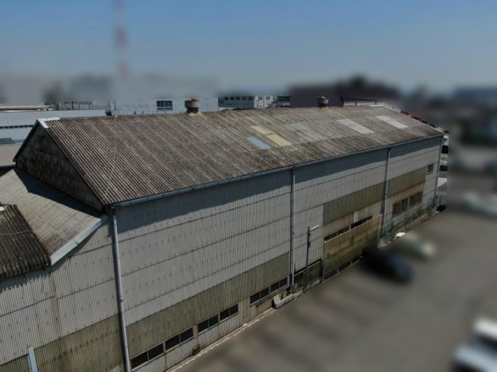 倉庫のスレート屋根とベンチレーター