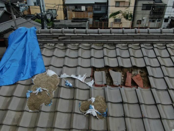 台風の被害でブルーシート