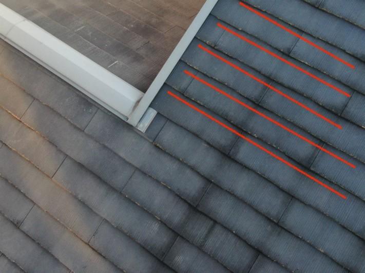 黒ずんだ雨筋のある劣化したスレート屋根