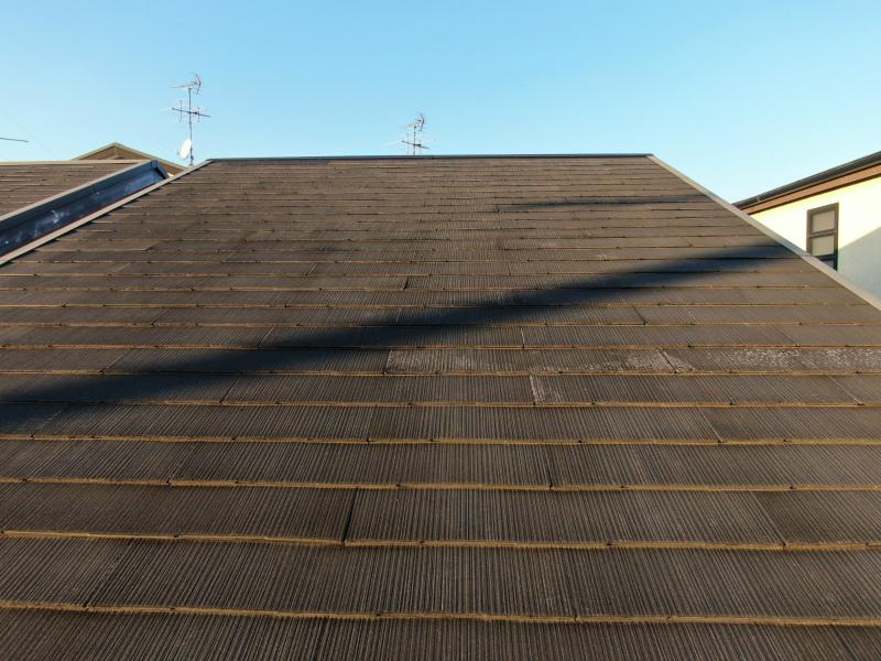 スレート屋根の白っぽく劣化した状態
