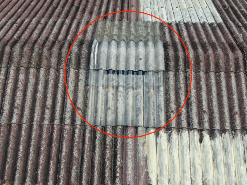 スレート屋根の棟付近の補修跡