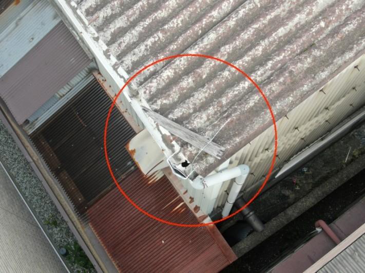 倉庫の屋根点検時に見つかった木材