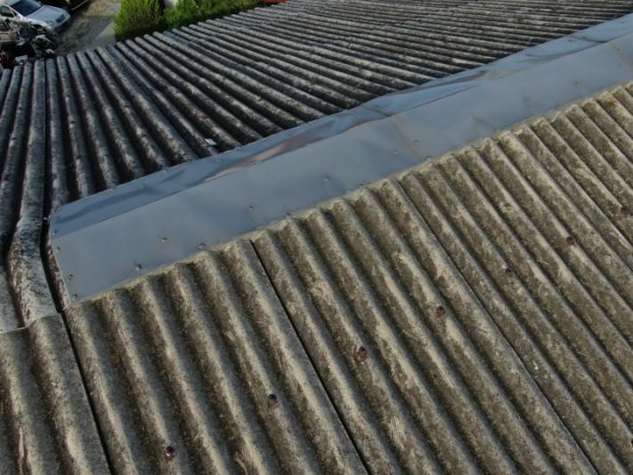 工場のスレート屋根 棟付近からの雨漏り