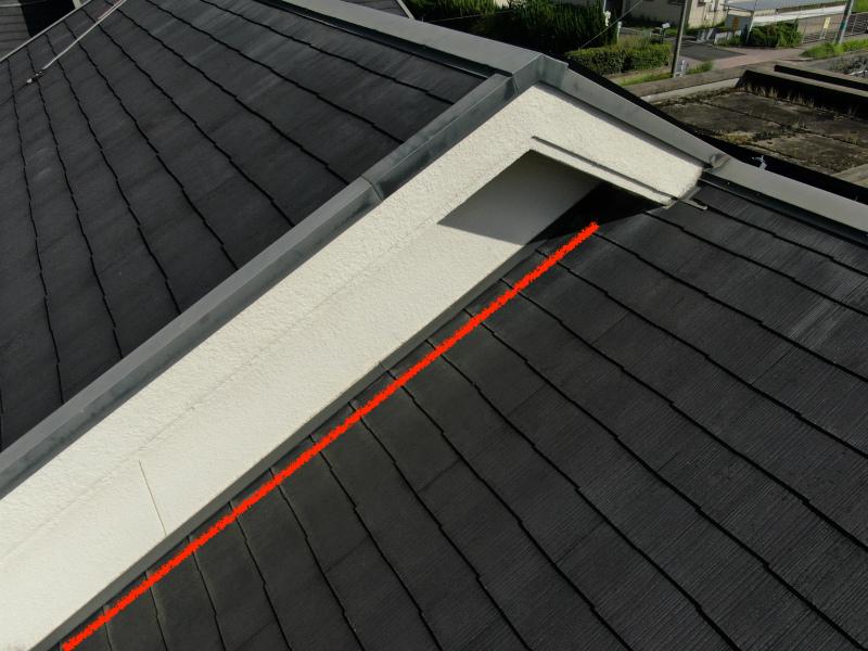 スレート屋根の壁きわ
