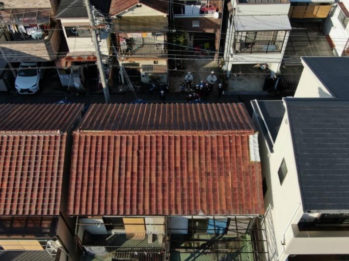 屋根をドローン点検中に小学生に囲まれるドローン操縦者