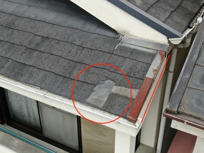 強風によって破損したスレート屋根