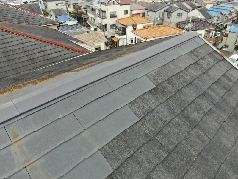 スレート屋根の棟付近の点検