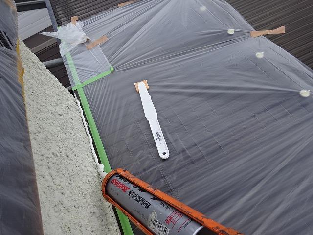 波板と外壁の隙間のコーキング