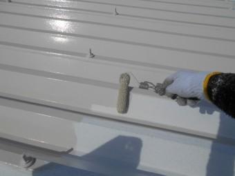 折板屋根塗装 中塗り