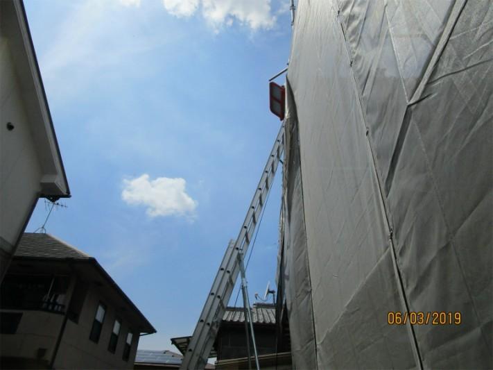 屋根の葺き替え工事のための足場とはしご