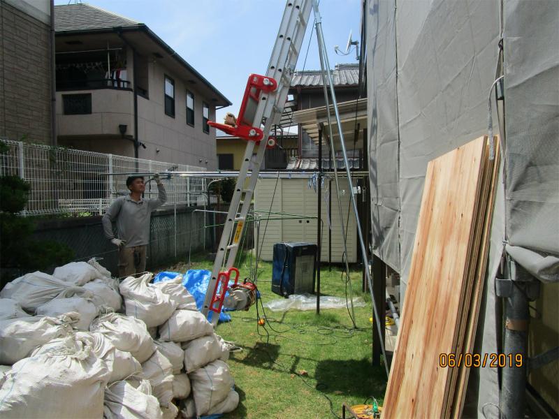 屋根やさんの職人が使用する昇降機