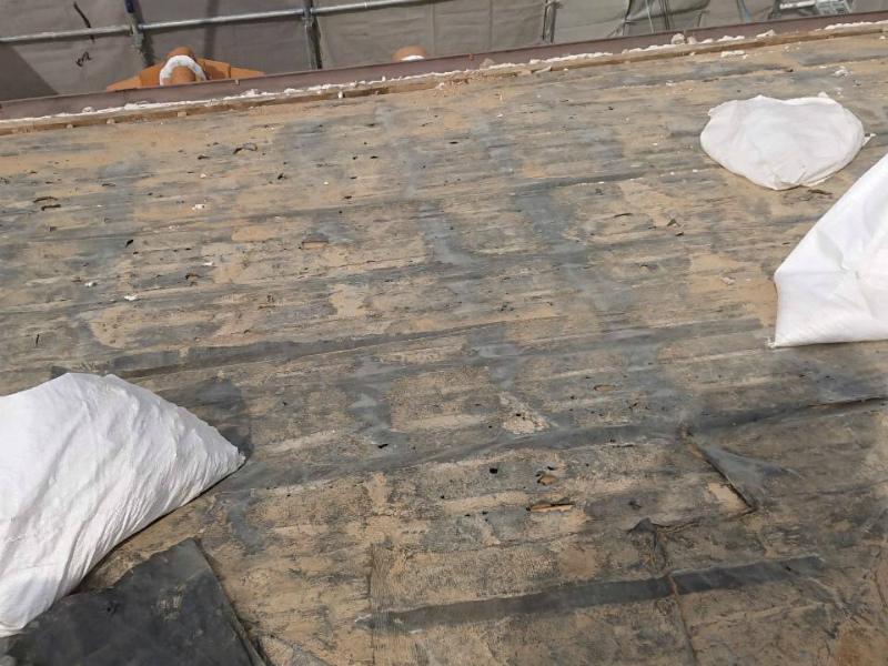 瓦と葺き土の撤去後の屋根