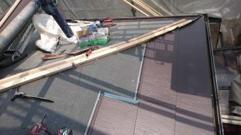 屋根の葺き替えにスーパーガルテクトを施工中