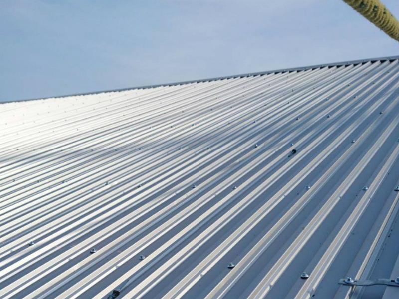 倉庫の金属屋根カバー工法