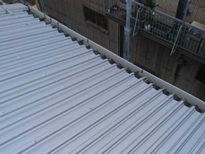 倉庫の屋根のカバー工法