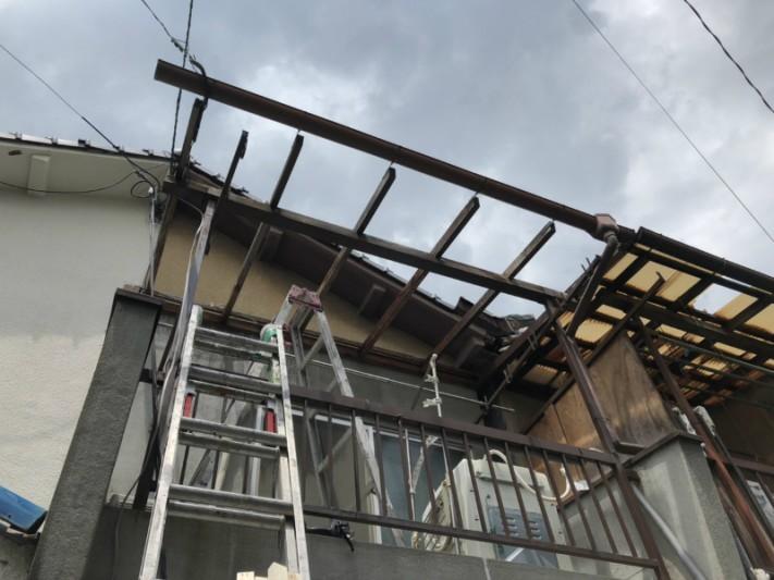 台風にてトタン波板が飛散