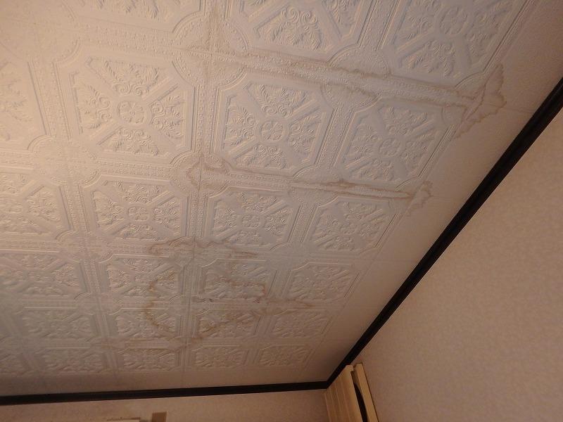 雨漏りによる天井のシミ