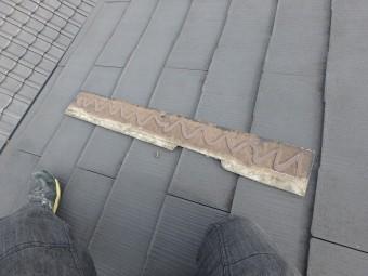 剥がれたスレート屋根にプライマーをつけます