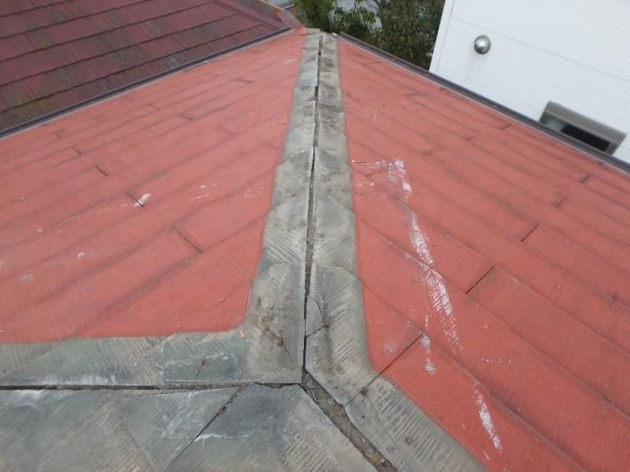 棟板金を撤去。カバー工法