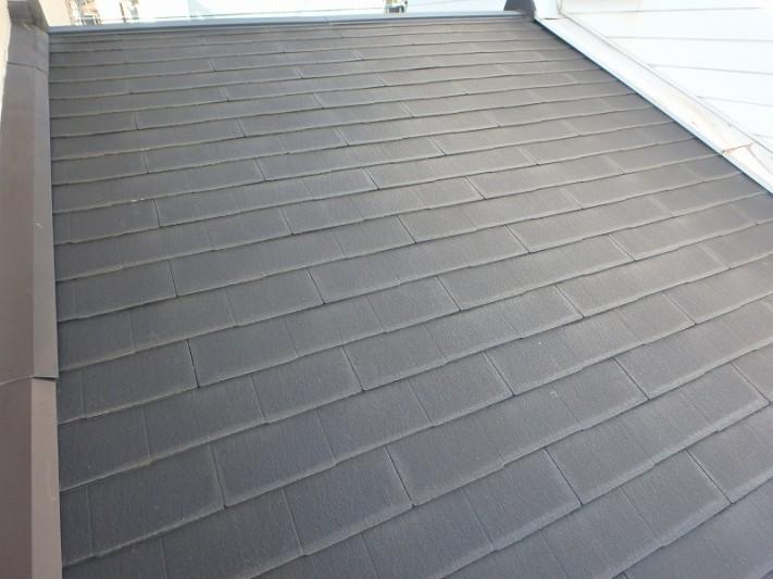 3F建てに挟まれた屋根
