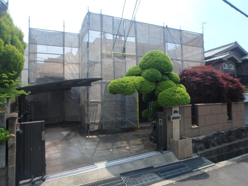 屋根と外壁の工事のための足場