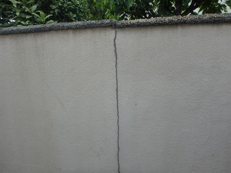 年数の経過した外塀のひび割れ