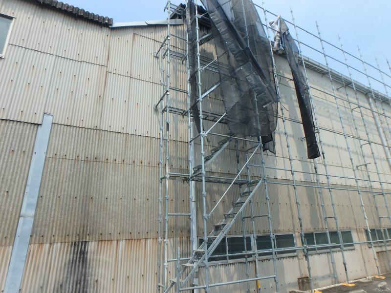 倉庫(工場)の屋根工事の足場
