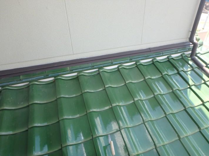 壁際の瓦を補修