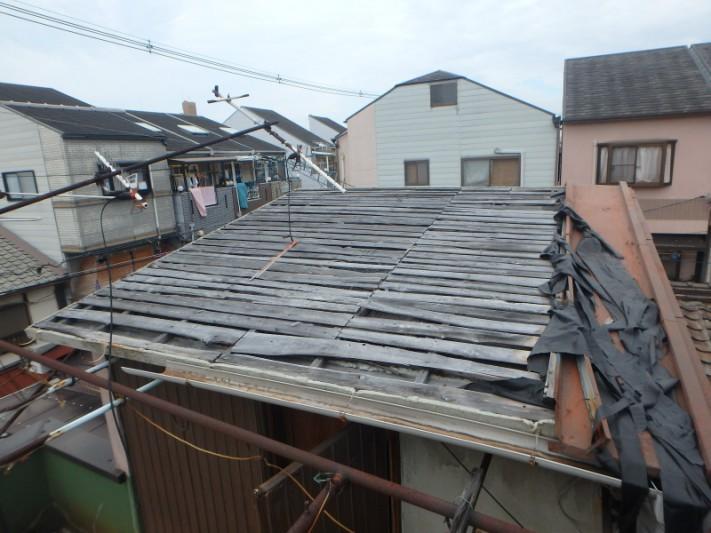 台風の強風で金属屋根が吹き飛んだ写真