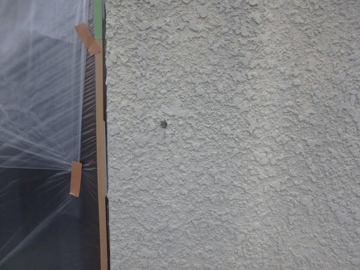 穴の開いた外壁