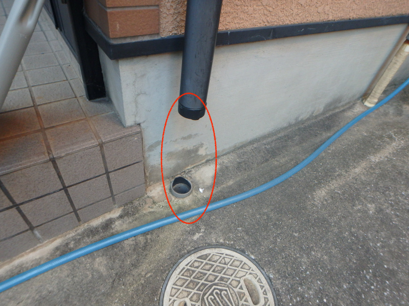 台風の強風によって割れた雨樋