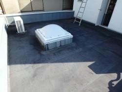 屋上防水工事の点検中