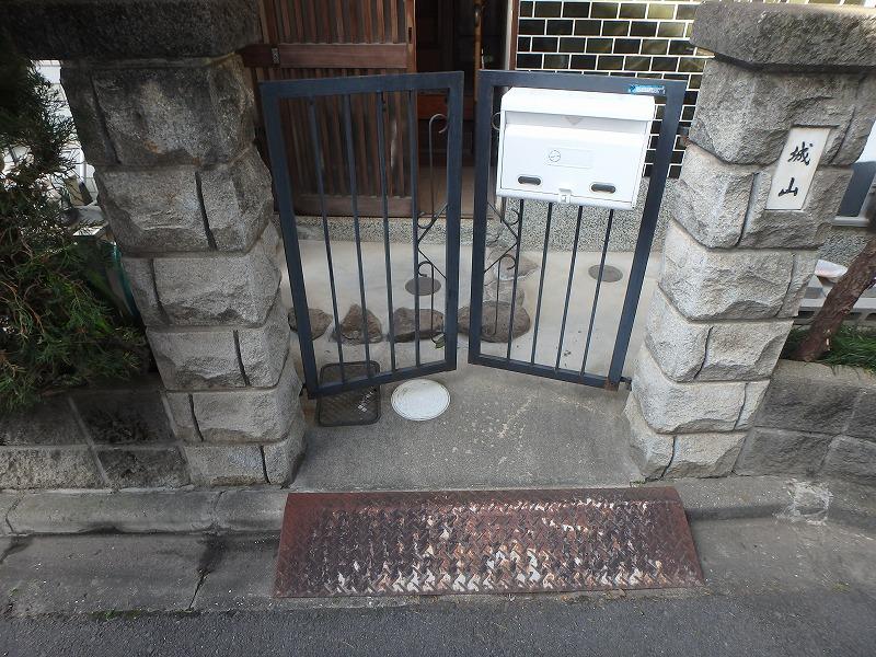 サビて古くなった門扉