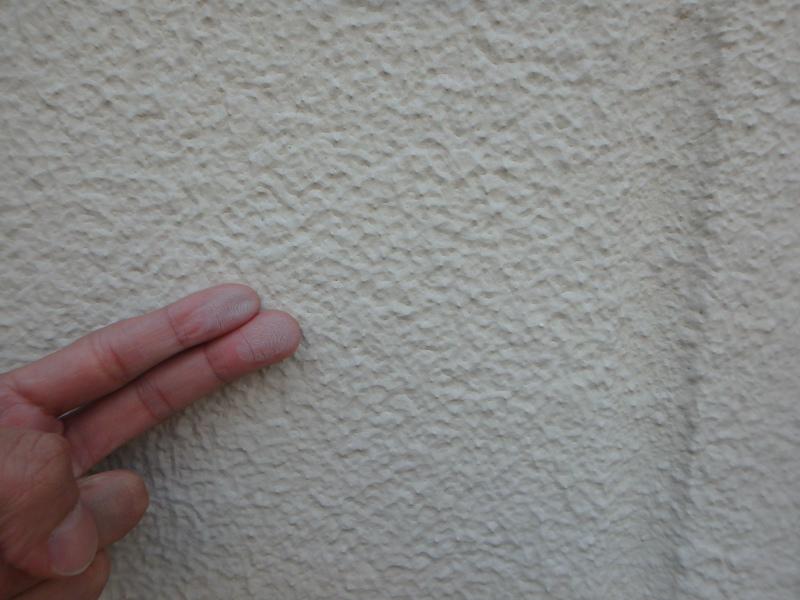 ALCの外壁を手で触って劣化状態を確認