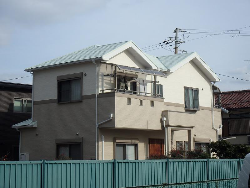 明るい色の屋根塗装例下から リリーホワイト