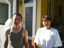 屋根工事のお客様との写真