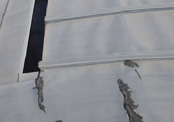 亀裂が生じコーキングされたアルミ屋根