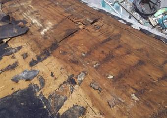 浸水し劣化した野地板
